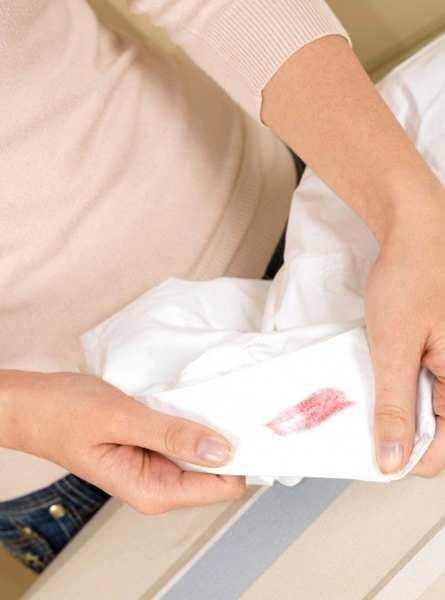 چگونه رژ لب را از لباس پاک کنیم