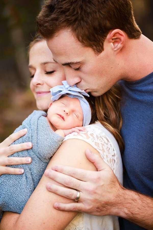 ژست عکس خانوادگی در طبیعت پدر، مادر و فرزندی
