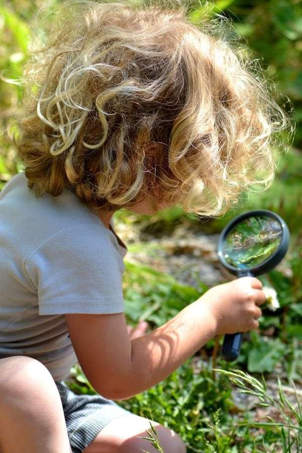 ژست عکس پسر بچه در طبیعت